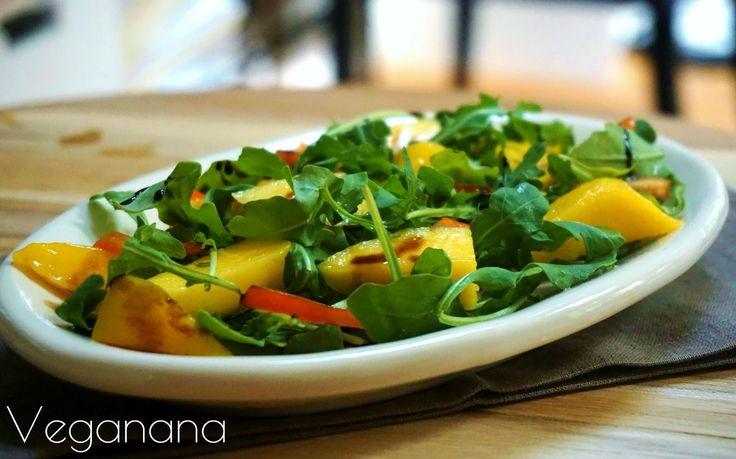 Rúcula é uma salada que está sempre presente na nossa mesa. Gosto muito de combinar a rúcula com frutas frescas, sejam cítricos, maçãs, per...