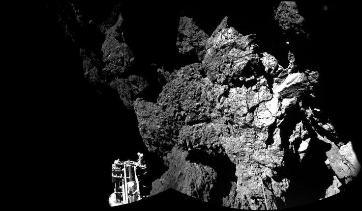 """EL PRESENTE: La nave Rosetta está escuchando atentamente cualquier señal que pueda llegar del módulo Philae. Después de que consiguió posarse en una hazaña increíble sobre la superficie del cometa 67P, se perdió el contacto. Se ha estado esperando que pudiera recargar sus baterías para """"volver a la vida"""", pero hasta el momento no hay resultados."""