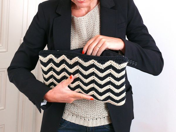 I LOVE this crocheted clutch!  Free pattern via the French blog bee made.  Google translate does a brilliant job with the translation — easy to follow.