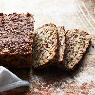 Bröd med frön och mungbönor blir inte bara hälsosammare utan även saftigare. Det behövs inget jäsmedel för att lyckas med fröbrödet. Dessutom är det glutenfritt om gryn av ren havre används.