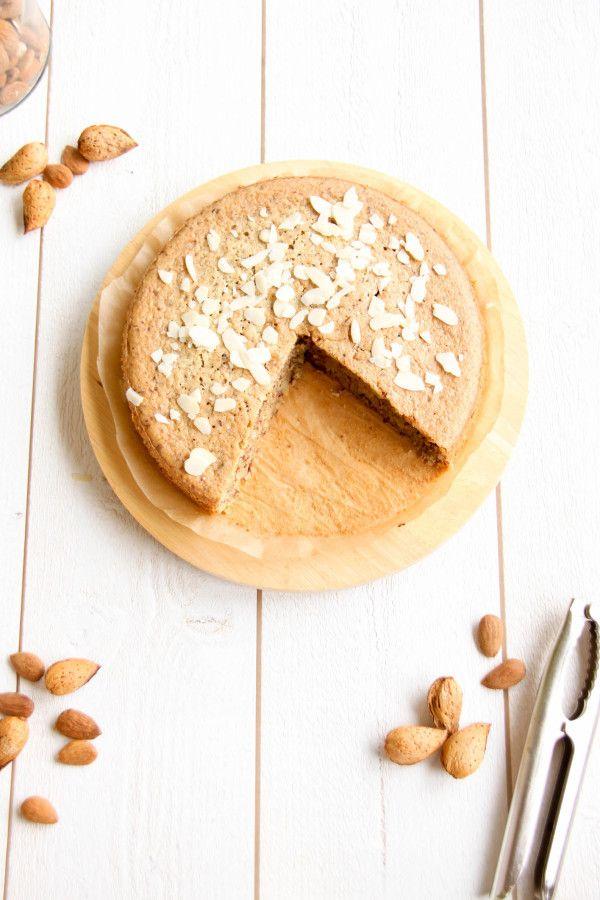 ~ Délicieux gâteau à l'amande bio ~ hypotoxique SG •50 g d'huile d'olive •50 g de purée d'amande •50 g de lait d'amande •70 g de sucre complet de canne •3 œufs •200 g d'amandes en poudre  •1 c. à moka rase de bicarbonate de soude •1 goutte d'extrait d'amande amère (facultatif) •quelques amandes effilées pour la déco (facultatif)