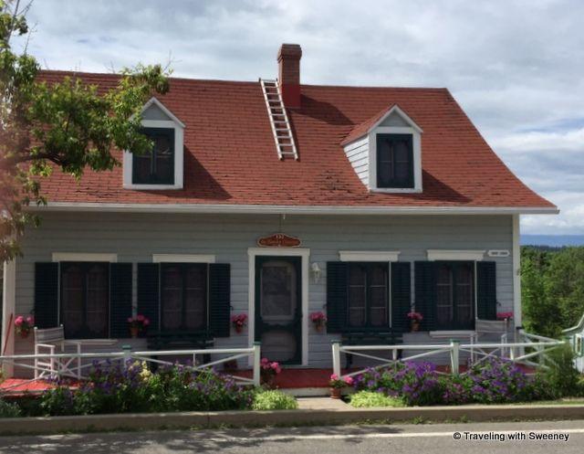 Les avant-toits et les échelles courbes sur les toits sont des traits caractéristiques des bâtiments de Kamouraska