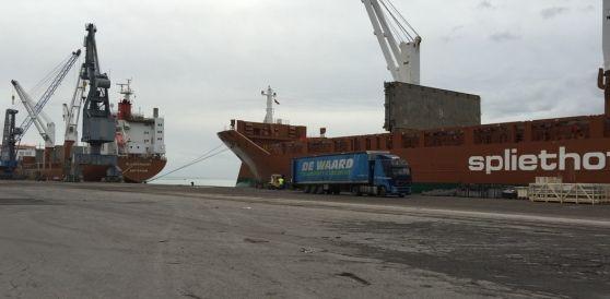 Spedizione eccezionale della Compagnia portuale sulle navi Spliethoff's Imbarcati anche tubi di acciaio e alcune casse con macchinari Mangiarotti