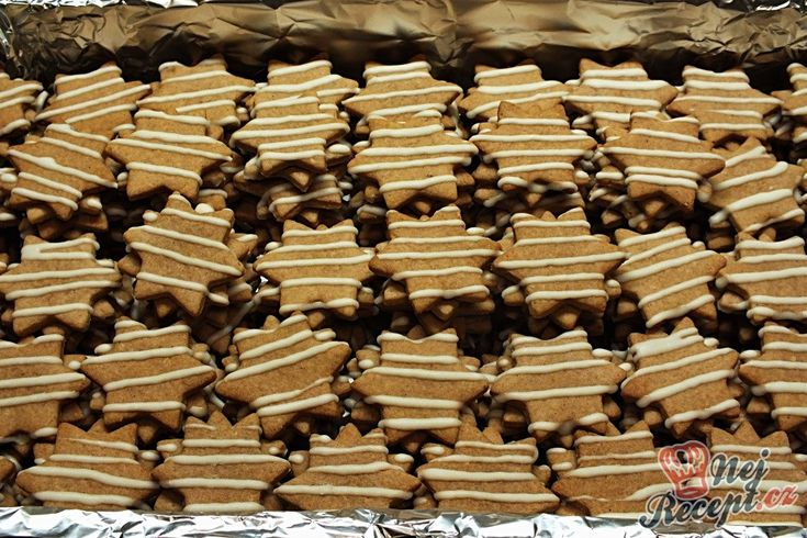 Minulého roku jsem dělala na Vánoce i povidlové hvězdičky. Klasické těsto, jaké děláte na vánoční pečení. Vyválíte na pracovní desce, vykrojíte hvězdičky a upečete. Slepovala jsem povidly, ale klidně můžete použít i váš oblíbený krém, který máte osvědčený. Zdobila jsem bílou čokoládou, aby nebyly všechny stejné (ostatní jsem zdobila tmavou čokoládou). Určitě vyzkoušejte, je to jednoduchý recept na chutné hvězdičky s jemnou perníkovou chutí. Autor: Petra H.