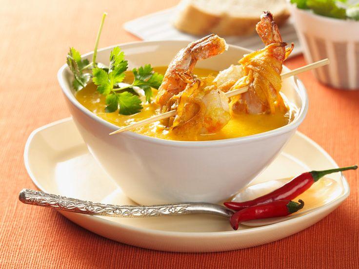 Sötpotatis är gott i soppa tillsammans med vitlök, chili och ingefära. Garnera med koriander.