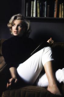 Per il giorno Marilyn Monroe indossava gonne a matita o pantaloni Capri e nelle occasioni speciali abiti fatti per mettere il corpo al centro dell'attenzione.