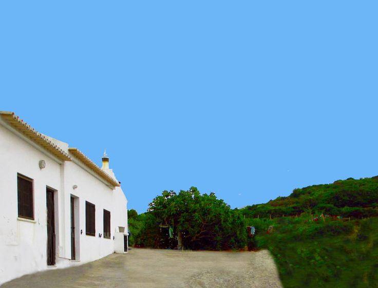 Haus in Lagos, Portugal. A house in a farm near from several beaches:  Burgau: 4km Boca do Rio: 4 km  Cabanas Velhas: 5 km Salema: 7 km /  Zavial: 10km / Ingrina: 10 km  Lagos: 10 km (D. Ana, Camilo and Meia-Praia beaches) Sagres: 20 km (most southwestern point in europe)...