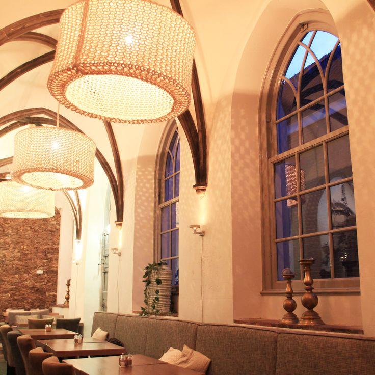 lichteffect op de muren is mooi. komt van de grote gaten tussen het wol
