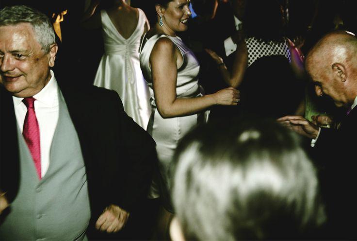 Los invitados disfrutando de la celebración / The guests enjoying the celebration #invitados #boda #celebracion #banquete #guests #alegria #fotos #smoking #risas #baile