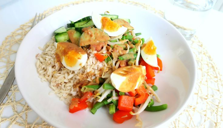 Een recept voor gezonde gado gado. Dit is een vegetarisch gerecht met rijst, ei en pindasaus. Ik maak het simpel en makkelijk, maar toch mega lekker.