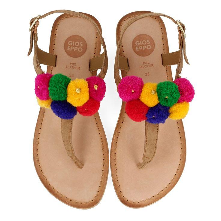 Sandalias estilo esclava de piel marrón con detalle de pompones multicolor en el empeine. Cierre al tobillo con hebilla. Corte, forro y plantilla en piel. ¡Las sandalias más divertidas de la temporada!