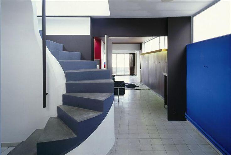 Смелые цвета начинаются прямо с прихожей.  (фасад,архитектура,дизайн,экстерьер,интерьер,дизайн интерьера,квартиры,апартаменты,конструктивизм,Ле Корбюзье,Франция,Париж,лестница,вход,прихожая) .