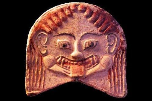751c5 Musée d'Erétrie, antéfixe en tête de Gorgone   Cette tête de Méduse, la seule des trois Gorgones à être mortelle, sur la cuirasse d'Athéna me sert de lien avec cette antéfixe peinte (décoration de terre cuite qui dissimule, au bord du toit, la jonction entre rangées de tuiles creuses) représentant une tête de Gorgone. Pour comparaison.