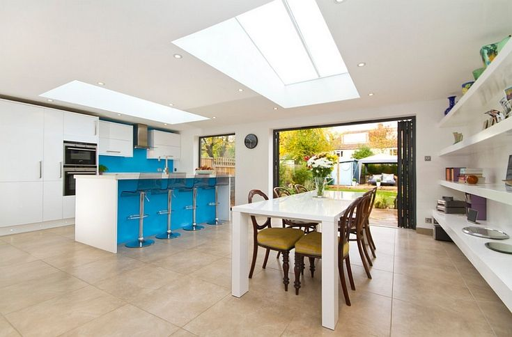 Хорошая идея - использовать мансардные окна для освещения не только кухни, но и столовой. .