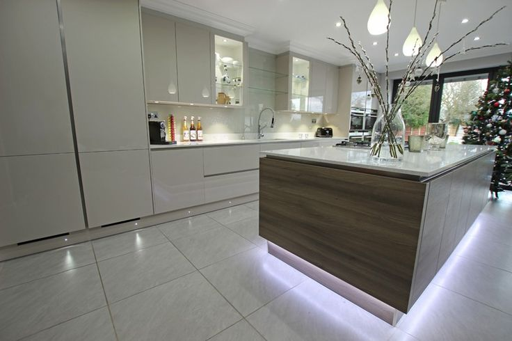 Floating island kitchen effect in Grey Acacia and gloss Cashmere finish