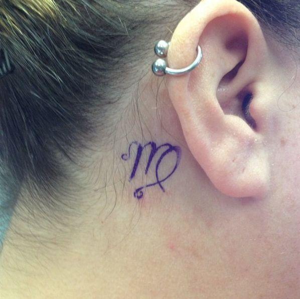 kleines Jungfrau Zeichen Tattoo hinter dem Ohr #Zodiac #ink #Youqueen #girly #tattoos