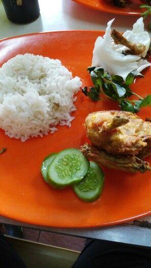 Indonesisches Essen Reis mit Hühnchen