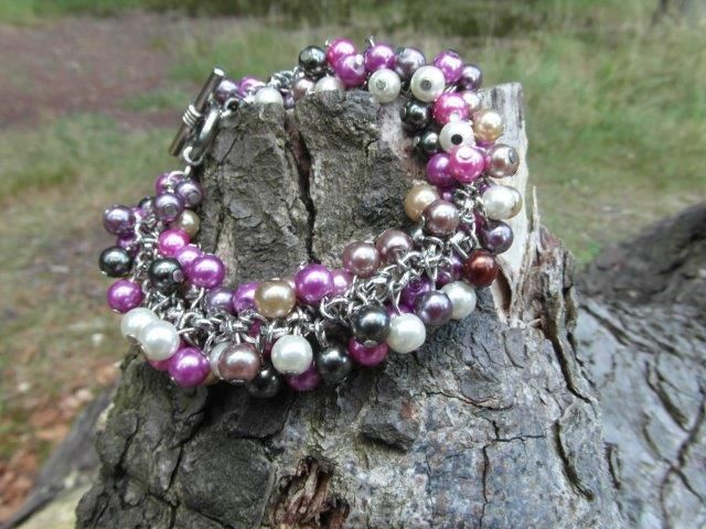 Handgemaakte jasseron armband met ongeveer 100 glasparels.  www.peopledecorations.nl