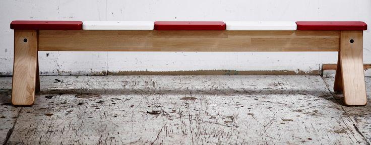 傷だらけの床に置いたIKEA PS 2014 平均台/ベンチ