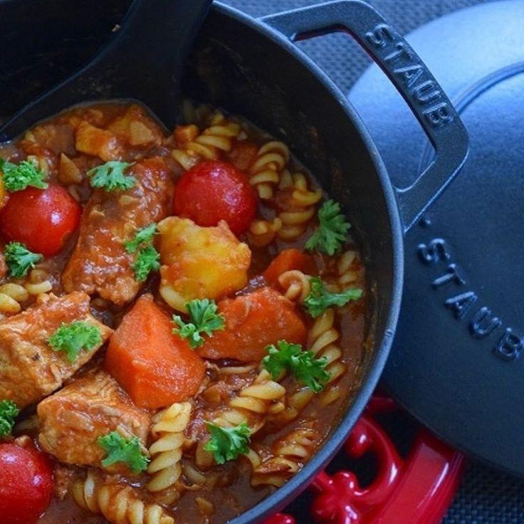 焼いたり煮たり蒸したりと、幅広い調理法に対応してくれる鍋、ストウブ。ちょっと蓋が重たいけれど、なんと言っても料理がおいしくできるから、一度使うと手放せないという人が多数いるんです!そこで今回は、素材や調理法別のストウブレシピを集めました。