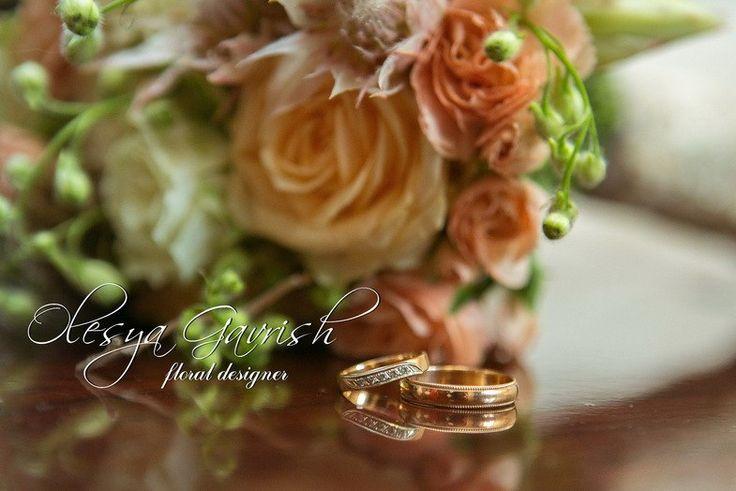 Олеся Гавриш - свадебная флористика и декор - Персиковый букет невесты с розами, гвоздикой и агапантусом