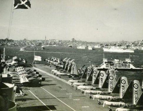 İngiliz Donanması'na ait HMS Eagle uçak gemisi İstanbul'da (1958)