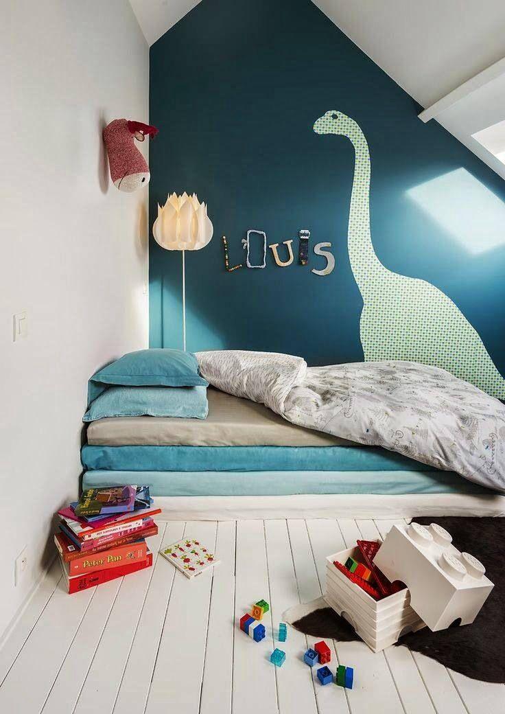 un amas de matelas compose le lit dans la chambre d 39 enfant la couleur forte sur le mur du fond. Black Bedroom Furniture Sets. Home Design Ideas