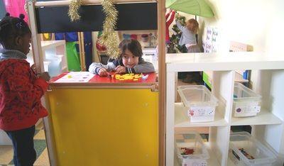 Kerstmis - slingers, kerstballen, vilten figuren verkopen in de poppenkamer