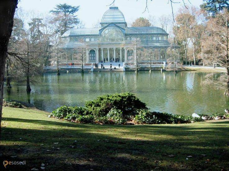 Парк Ретиро – #Испания #Регион_Мадрид #Мадрид (#ES_MD) Центральный парк Ретиро в Мадрида уже сам по себе является музеем под открытым небом.  У него очень интересная история. Он блистал своей роскошью, и угасал, всеми забытый. Его разрушали и восстанавливали. Он слышал молитвы монахов и увеселения  королей. Сейчас здесь находятся сады, статуи, фонтаны, озёра, выставочные залы, игровые площадки для детей и кафе на свежем воздухе. Приятно не спеша прогуливаться вдоль деревьев и наслаждаться…
