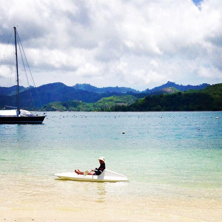 "📷 @______adilla______ ""Berayun ayun  canoi 🌊👙🌴🚣""  #regram #kayaking #boat #beach #beachlife #oceanvibes #underthesun #island #giliasahan #giliasahanecolodge #kayak #holiday #happy #holiday"