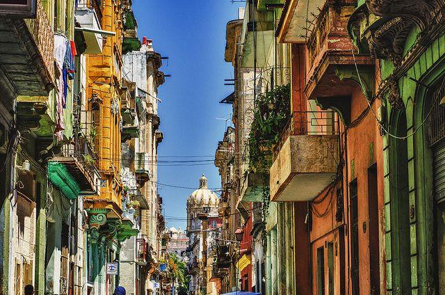 アメリカの文豪ヘミングウェーがこよなく愛したキューバの首都ハバナは、現役でアメリカのクラッシックカーが走り、カラフルな建物に彩られ、ストリートから音楽が溢れる異国情緒漂う街。