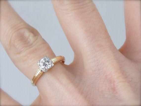Dieses Diamant-Ring, mit seinen Kopf Montage von Täuschung Palladium ist wirklich einen kleinen Schatz. Der klassische Illusion-Kopf macht den Diamanten selbst vergrößert angezeigt und gibt der alten europäischen schneiden Diamant eine sanft quadrierten Form. Die klassische gelbe-goldene-Montage ist eine perfekte Ergänzung zu diesem herausragenden Diamanten. Dies würde einen perfekten Verlobungsring machen.  Metall: 14K Gelbgold, Palladium Edelstein: Europäische Schnitt Diamant.56 Carat, in…