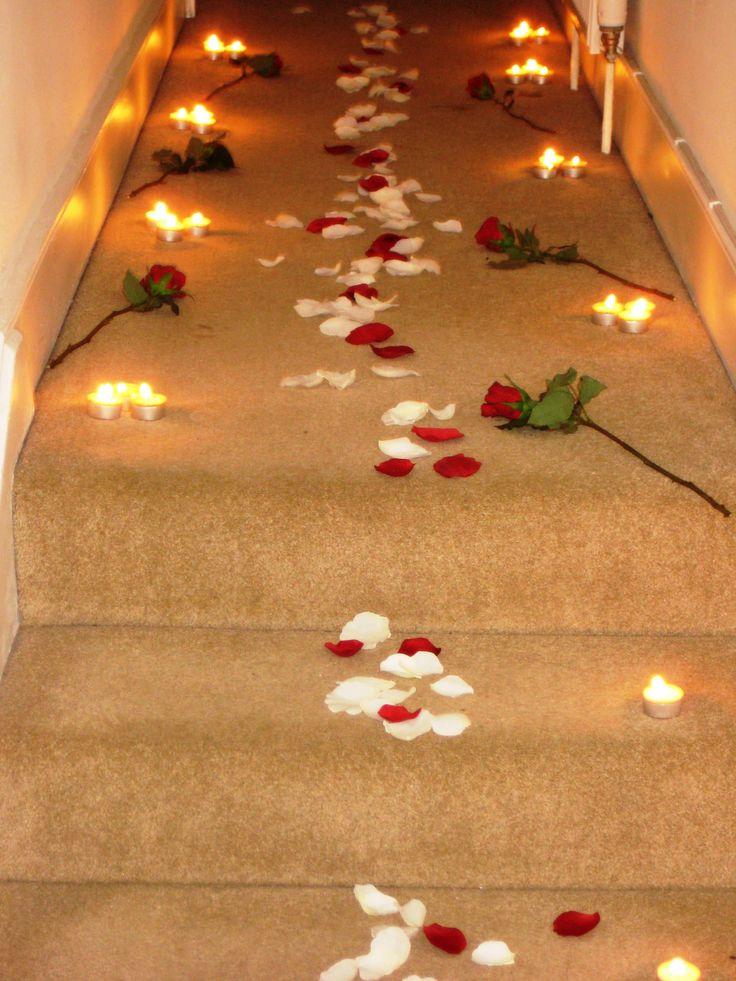 Romantic candles and roses bedroom a rose petal path for Bed decoration anniversary