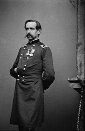 Gustave Paul Cluseret, délégué à la guerre de la Commune de Paris du 6 au 30 avril 1871. Cliché pris pendant la Guerre de Sécession. Il porte, sur son uniforme de brigadier de l'armée nordiste, la croix de la Légion d'Honneur et la médaille de Crimée.