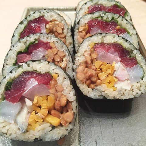 Seafood Natto roll. Yes, the bomb!! 海鮮納豆巻き 具沢山がうれしいな〜 #HK #tst #darkside #mikasaya #sushi #natto #seafood #香港 #三笠屋  #チム  #ダークサイド #モンキーマジック #納豆 #海鮮納豆巻