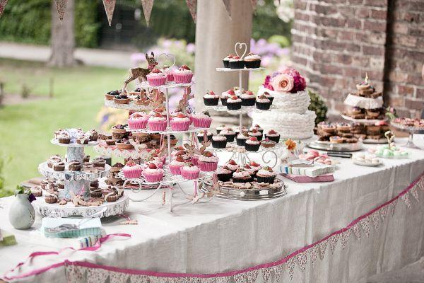 Frieda + Steve Hochzeit in Duesseldorf_ Dessert Table