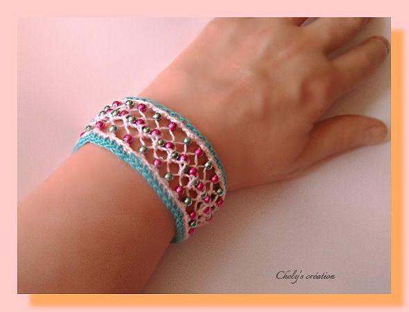 bracelet au crochet fil coton bleu turquoise et blanc perles de rocaille (réalisation à la fourche) : Bracelet par chely-s-creation