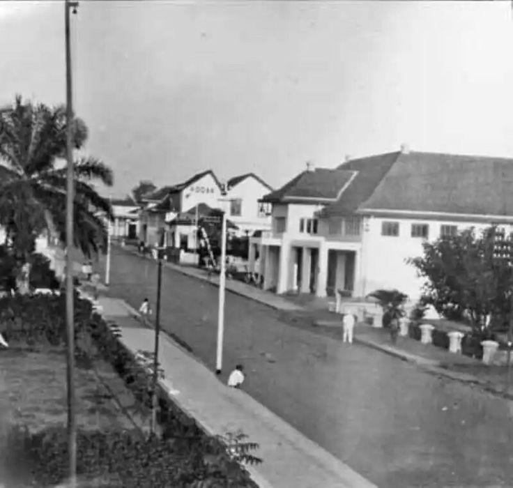 De Naripanweg te Bandoeng gezien in westelijke richting in de jaren 20 of 30.