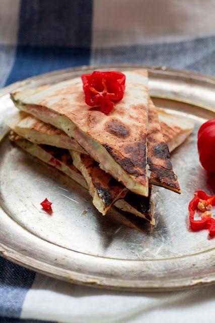 Quesadillas z trzema serami, szynką i habanero