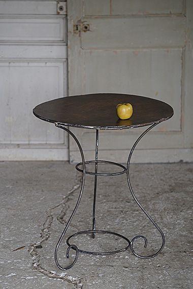 ガーデンテーブル-wrought iron round table 買い付け時白い塗装が施されておりましたが、既に天板全体に錆が出て来ており、剥がしてアースカラーな鉄色を出し、グリーンと共にシックなベランダ、軒下のガーデンに。センターの2点のリングで留る構造で、どうしても肘を付いたり強くお品物を置くと揺れますのでご注意を。