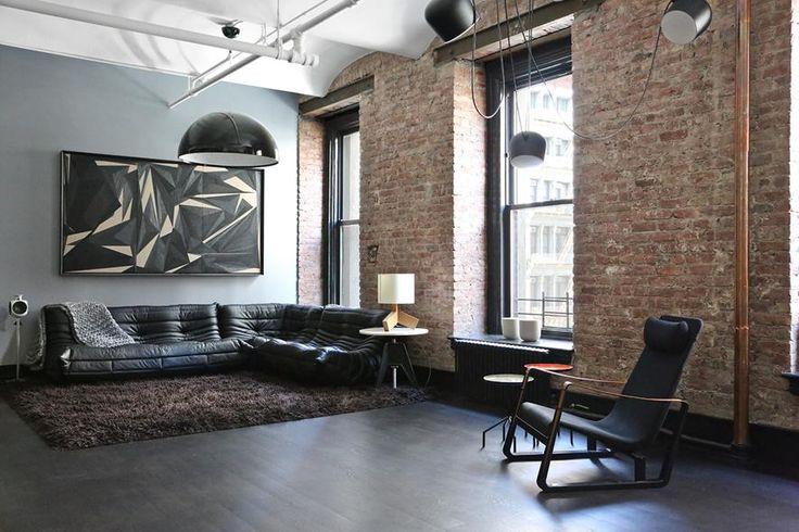 Un loft a Manhattan, New York, con interni in stile industriale, dove il nero è protagonista