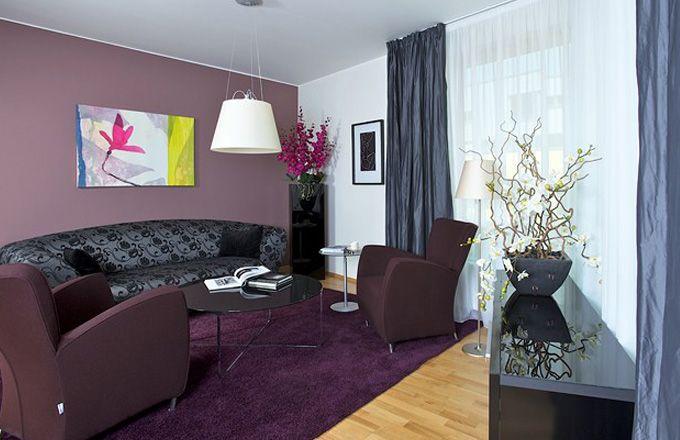 Propojení obývacího pokoje s jídelnou, na kterou navazuje i kuchyň, je dnes moderní a Milanovi zcela vyhovuje. V rozlehlém prostoru, v němž se může volně pohybovat, se cítí svobodně