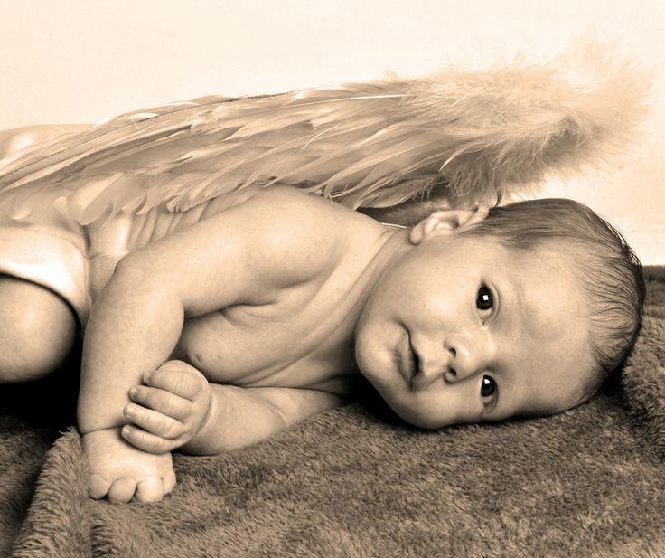 Recién nacido con alas de angelito.