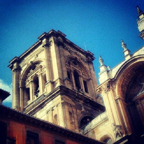Torre de la Catedral de Granada desde la Plaza de las Pasiegas. Andalucía- España: Juan Carlos Gómez (@jcgomvar) en Instagram.
