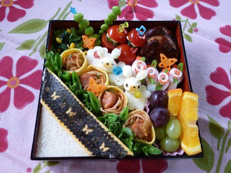 Naomi's pasta bento. One of our TOP 20 Finalists. Japan  お花いっぱいのブーケをイメージしたお弁当です。ナポリタンスパゲティを薄焼き卵でクルクルと巻き、お花の形と食べやすさにこだわりました。その他のおかずも彩りや栄養バランスに気をつけ、明るく心和むお弁当を心がけています。