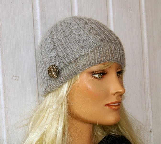 Kuschelig warme, handgestrickte Mütze für die kalte Jahreszeit, mit vintage Knopf dekoriert. Sieht nicht nur schick aus sondern auch total modern u...