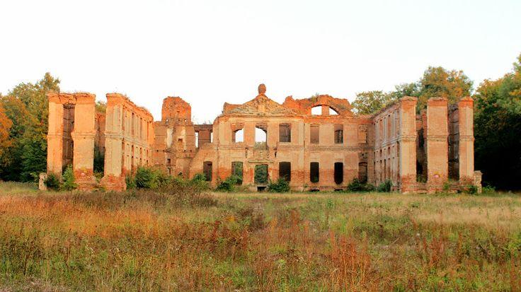 I nuvarande Polen ligger ett övergivet slott, Finckenstein palats, Fram till 1945 var ett blomstrande barockslott. Idag återstår bara ruinerna.