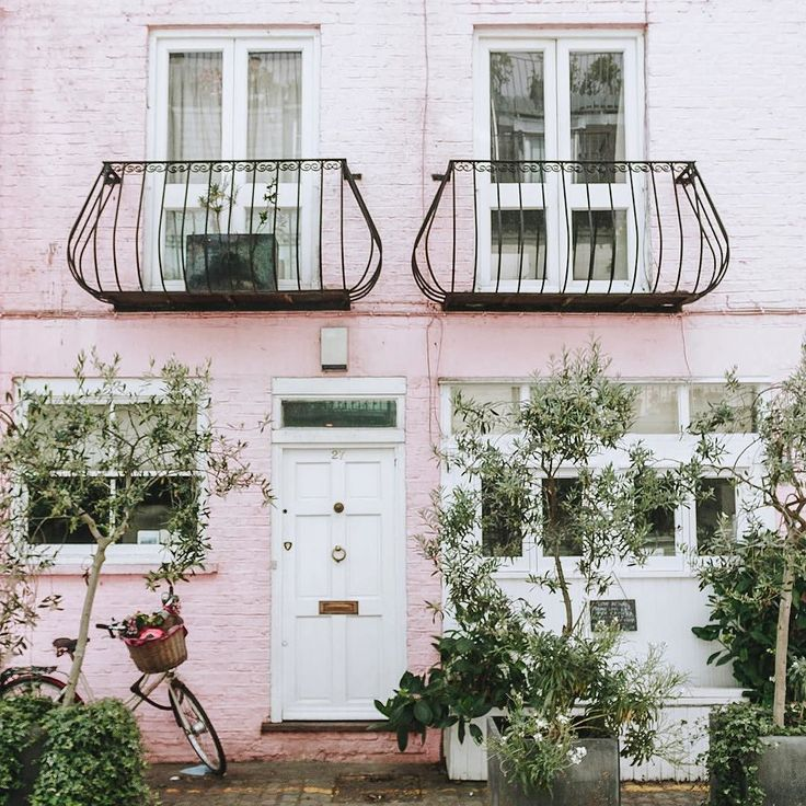 Happy tuesday mewsday! (Is that a thing?) I finally made it to the famous mews of Notting Hill when I was in London. Does anyone know what movie this pink house was featured in? I'll give you a clue: I feel it in my fingers I feel it in my tooooes