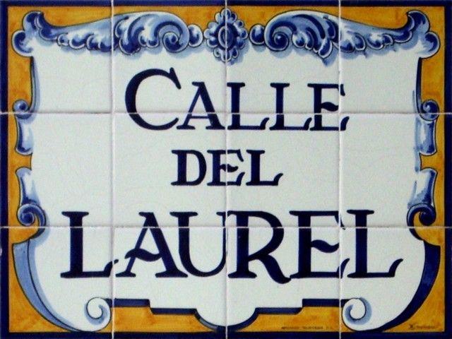 Popular Calle del Laurel. Azulejos clásicos del callejero de Logroño.