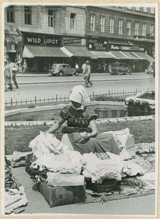 1928. Kézimunka árus a Rákóczi úton.